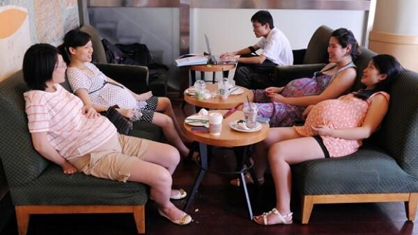 embarazadas toman un cafe en shangai