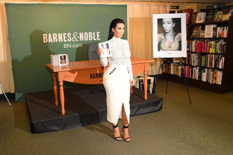 """Tras 10 años de guardar sus fotos, por fin la socialité presenta su libro """"Selfish"""" a sus fans en Nueva York."""