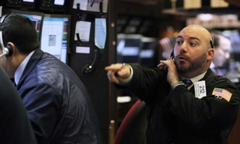 Los inversionistas parecieron ignorar la baja de calificación aplicada al fondo de rescate europeo (Foto: Reuters)