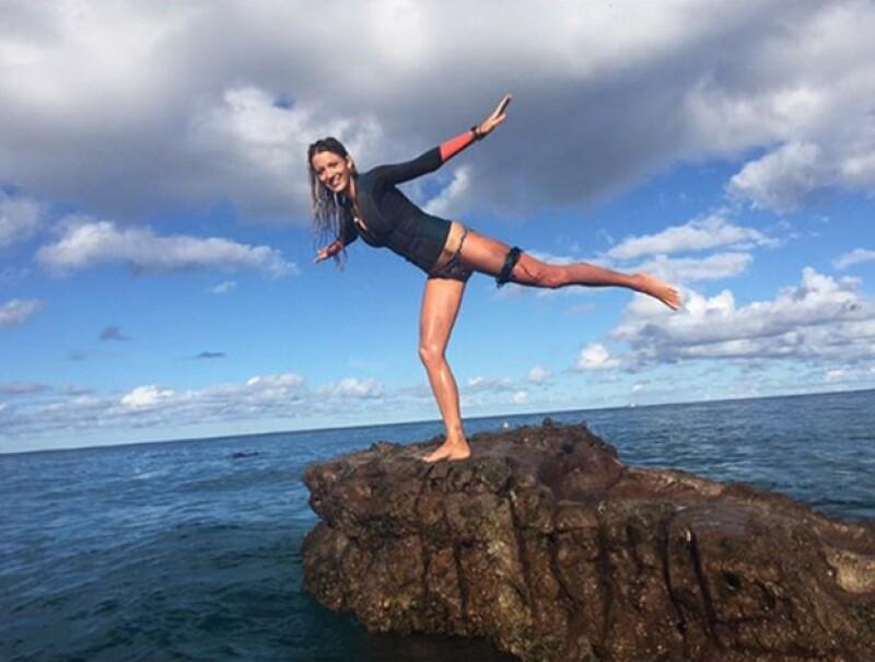 """La actriz se encuentra filmando """"The Shallows"""" en Australia, donde probablemente pasará Año Nuevo, y compartió una foto en la que bromea sobre una escena, en la que es atacada por un tiburón."""