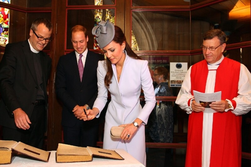 Agregaron su firma a una de las biblias más antiguas de la catedral de San Andrés.