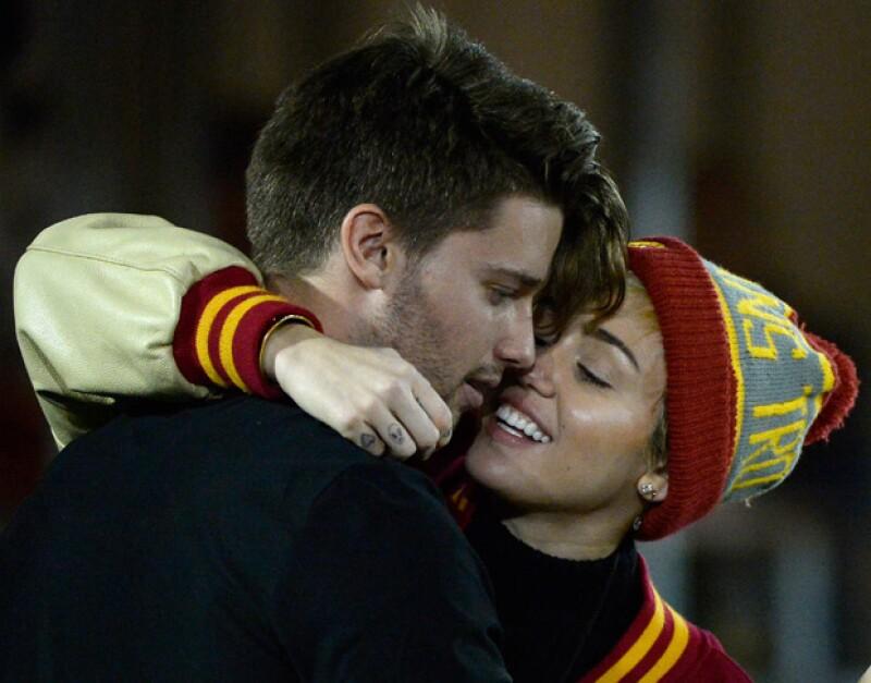 Patrick Schwarzenegger y Miley Cyrus sostienen una relación sentimental y se le has visto en diversos eventos juntos.