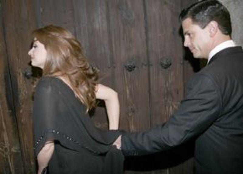 La Gaviota y el Gobernador ya no esconden su amor. Llegaron tomados de la mano y muy sonrientes.