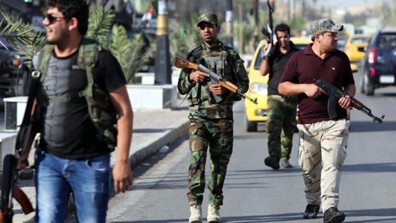 Un hombre de una tribu de Iraq ronda las calles de Bagdad, listo para unirse a las fuerzas de seguridad iraquíes
