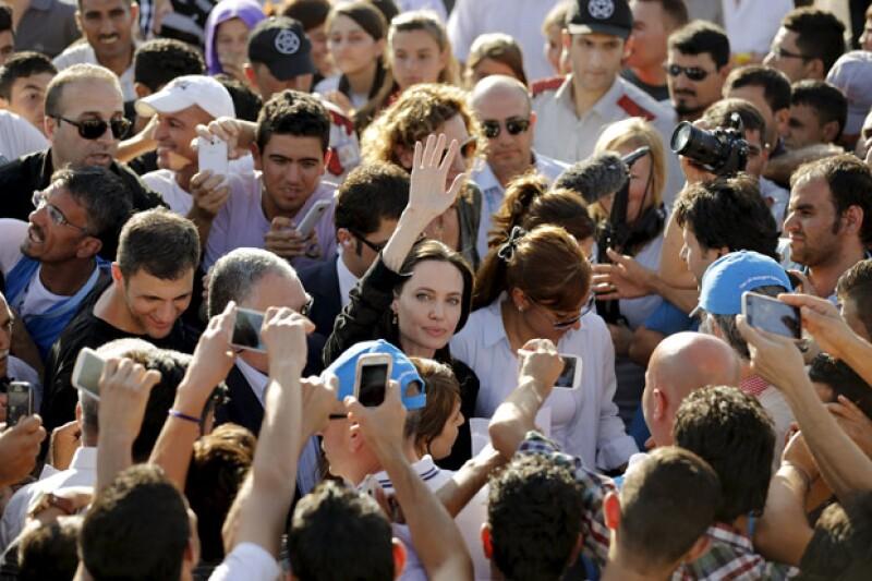 A su llegada al campo de refugiados, la multitud se agolpaba para verla de cerca y tomarse una foto.