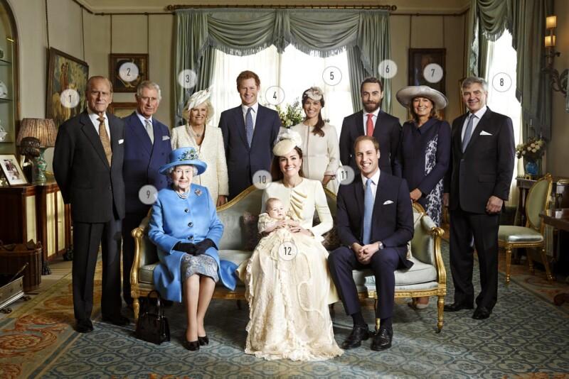 Ayer se dieron a conocer las fotos oficiales del bautizo del príncipe George, donde todos los miembros directos de las familias de Kate y Guillermo aparecen posando juntas.