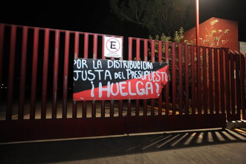 Banderas de huelga en instalaciones de la UAM.