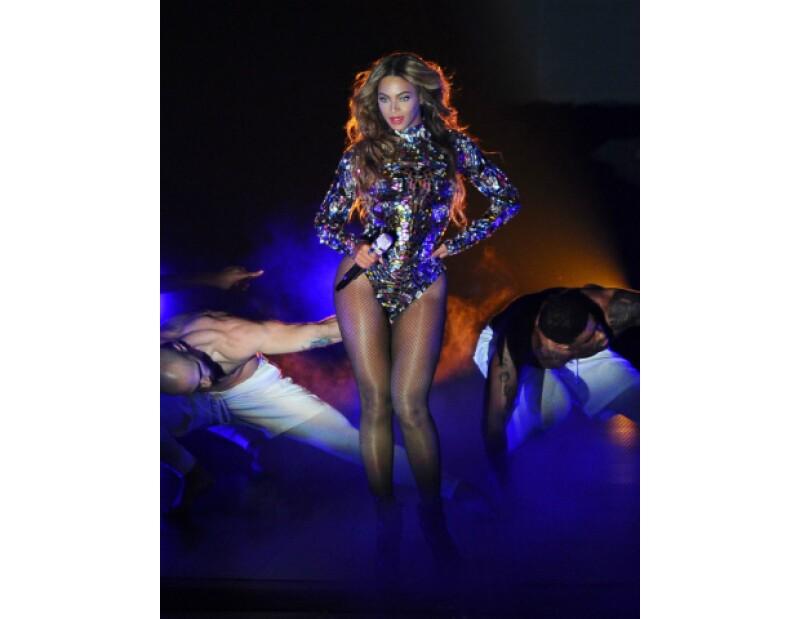 Beyoncé tiene las armas perfectas para lucir un vestido que muestre mucha piel.