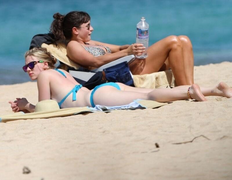 La actriz fue fotografiada durante sus vacaciones en la playa. Durante sus días de descanso estuvo acompañada por su novio y una amiga.