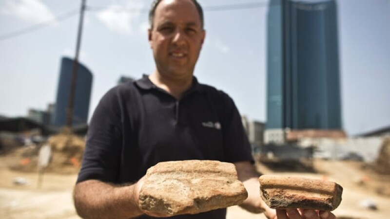 El director de excavaciones de antigüedades en Israel muestra fragmentos ancestrales con los que se producía cerveza