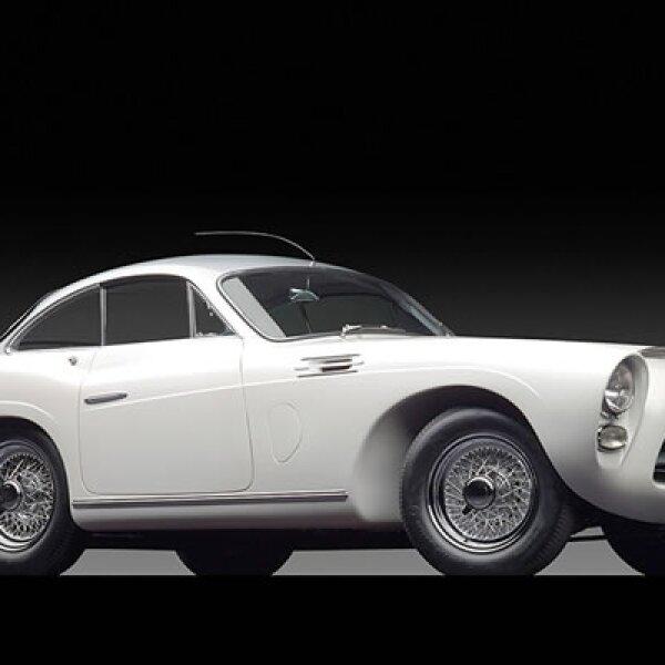 Este auto español tiene también sangre francesa, por su cuerpo creado por la carrocería J. Saoutchik de París. Se vendió por un precio cercano a los 800,000 dólares.