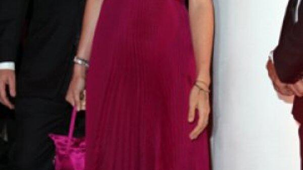 Charlotte Casiraghi usó un vestido largo plisado color frambuesa, con escote en V que la hizo destacar entre los invitados de lujo que asistieron a la gala por el Grand Prix.