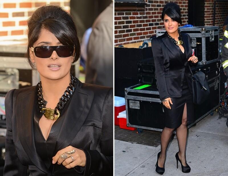 Vestida de negro de pies a cabeza, la actriz fue al show de David Letterman, donde habló sobre su experiencia en las telenovelas, fuera del set se tomó varias fotos.