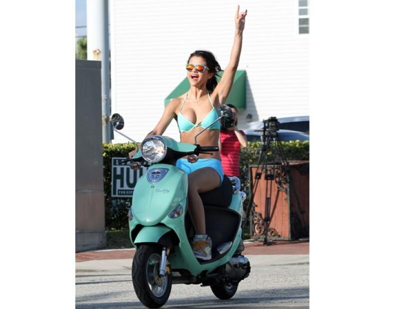 La actriz de 19 años luce un bikini de color azul.