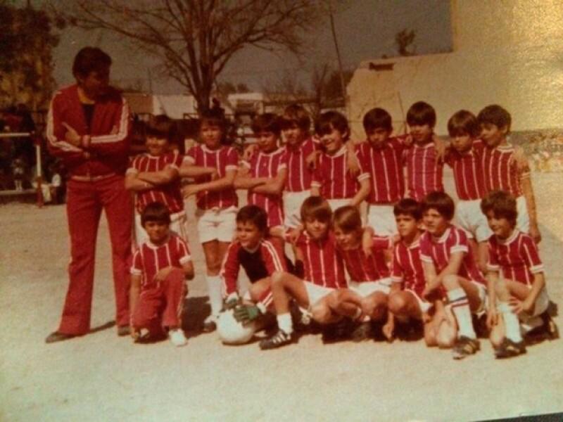 El cantante publicó una foto junto a su equipo de futbol de cuando era niño e invitó a sus fans a reconocerlo, ¿adivinas quién es?