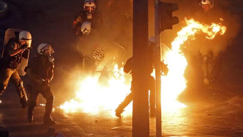 Algunos manifestantes arrojaron bombas molotov contra la policía, que respondió con gases lacrimógenos en la plaza Syntagma de Atenas.