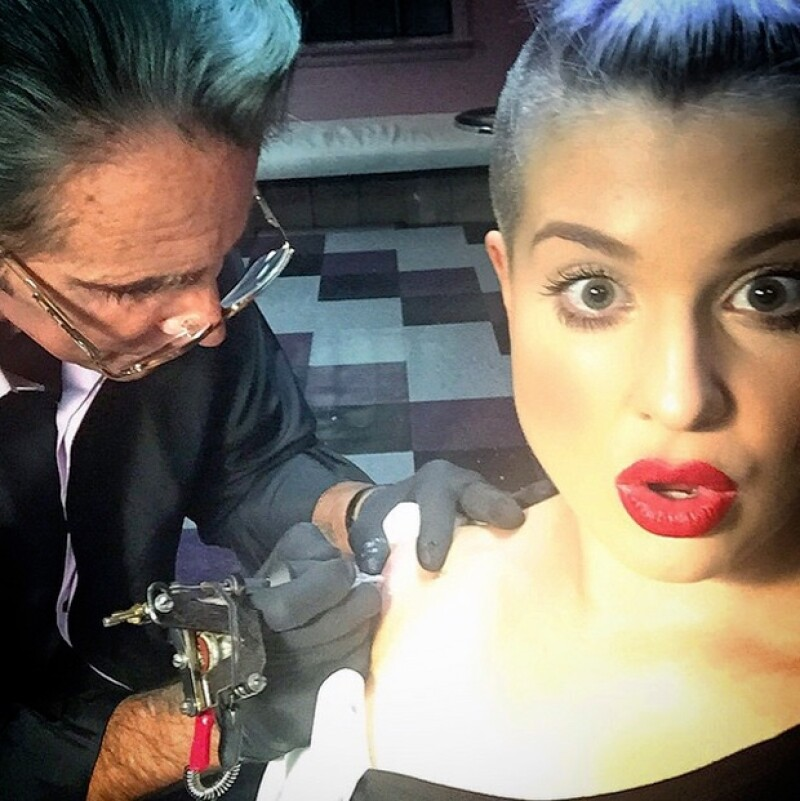 """Getting a tattoo from a tattoo legend #MarkMahoney, @sharmrockSocialClub"", posteó la estrella de The Fashion Police."