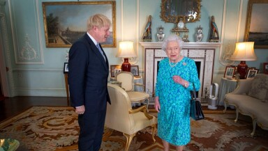 Boris Johnson y la reina Isabel II