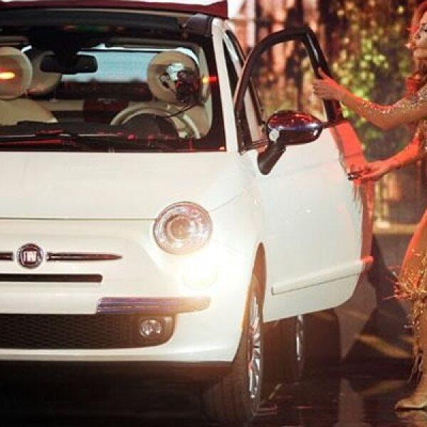 J.Lo anunció este vehículo, que es eficiente en términos ecológicos y personalizable, con numerosas alternativas que incluyen variedad de colores tanto para la carrocería como para la capota y el tapizado de las butacas.