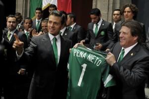 Enrique Peña recibió de manos de Miguel Herrera su camiseta oficial para apoyar al equipo.