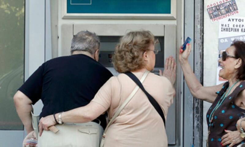 Algunos griegos no pueden sacar el máximo permitido de 60 euros debido a la falta de billetes de 20. (Foto: Reuters )