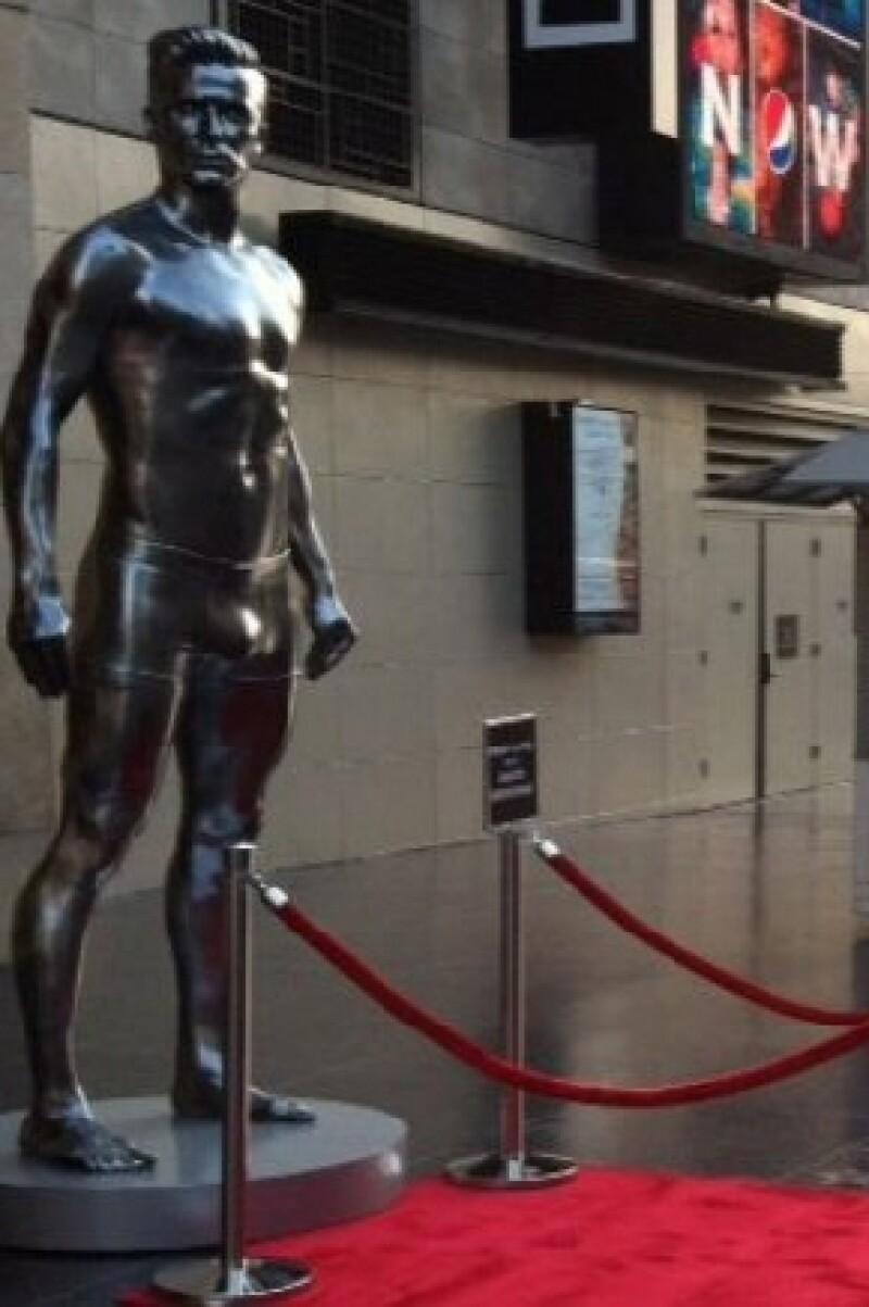 Las enormes esculturas se montaron como parte de la campaña publicitaria de la nueva línea de ropa interior del astro británico del fútbol para la cadena de tiendas H&M.