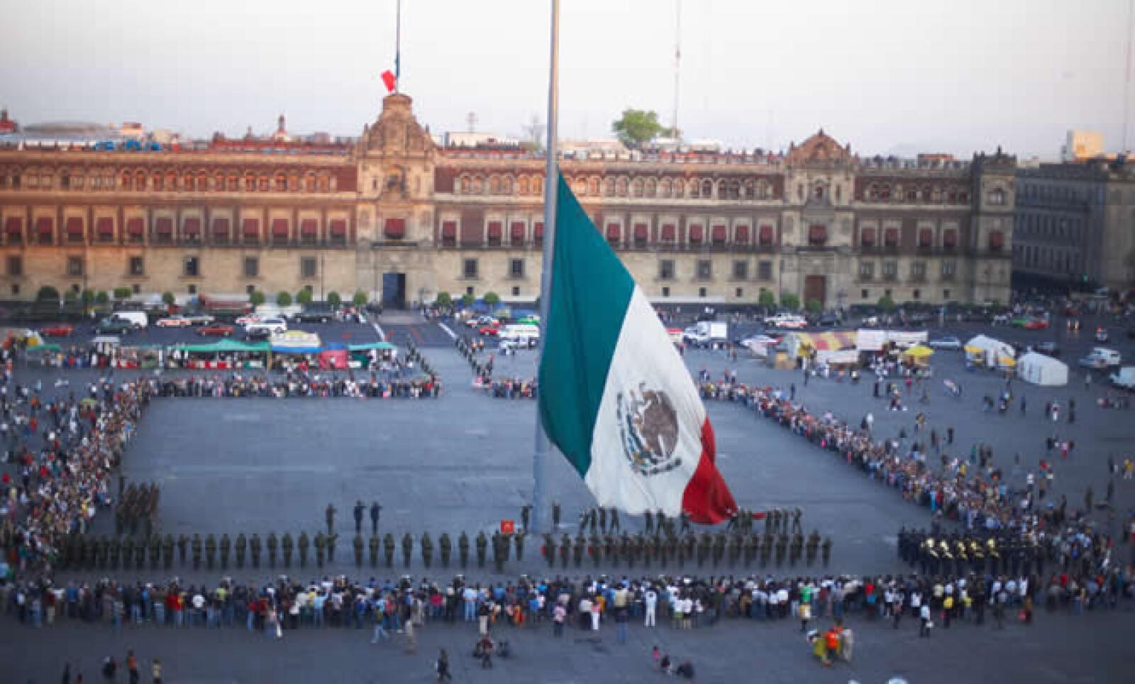 También conocido como el Zócalo, este espacio es uno de los más emblemáticos de la capital del país, por ser referente tanto de la cultura mexica, con el Templo Mayor y la cultura española, con la catedral metropolitana.