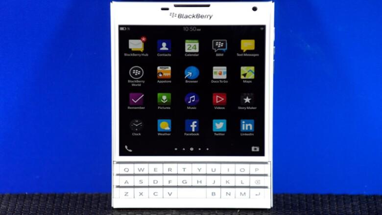 El dispositivo tiene el tamaño y la forma de un pasaporte cerrado, y cuenta con una gran pantalla, además del teclado.