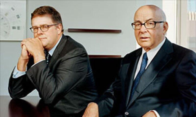 De izquierda a derecha: El CEO de Neuberger, George Walker y su principal gestor de cartera Marvin Schwartz. (Foto: Cortesía Fortune)