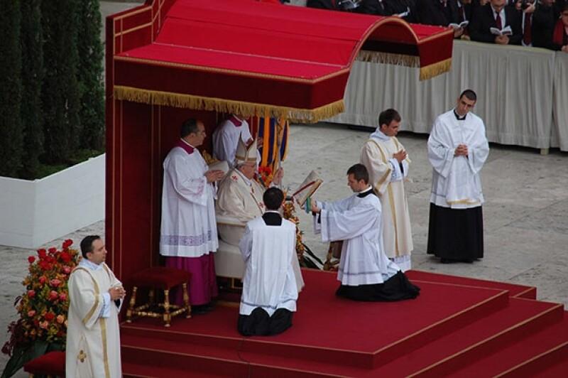 Tras canonizarlos, el papa argentino destacó el papel de sus predecesores por enfrentar las problemáticas y tragedias propias del siglo XX.