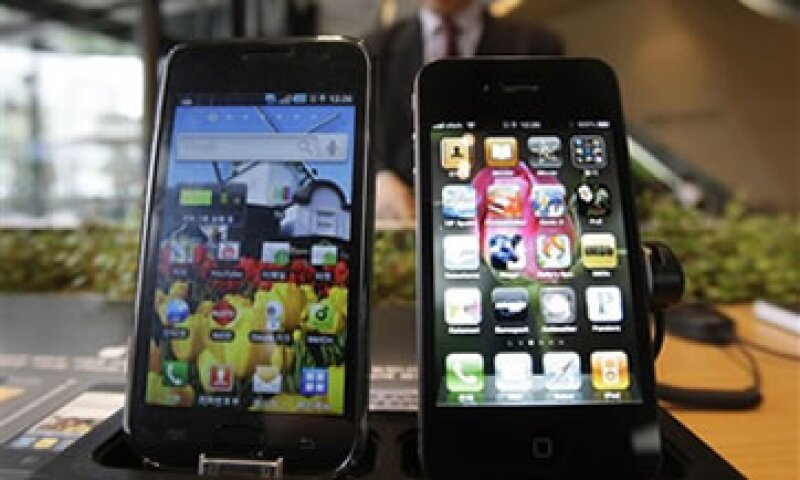 El Galaxy de Samsung (izq.) y el iPhone de Apple (der.) se perfilan para ser los ganadores del trimestre. (Foto: AP)