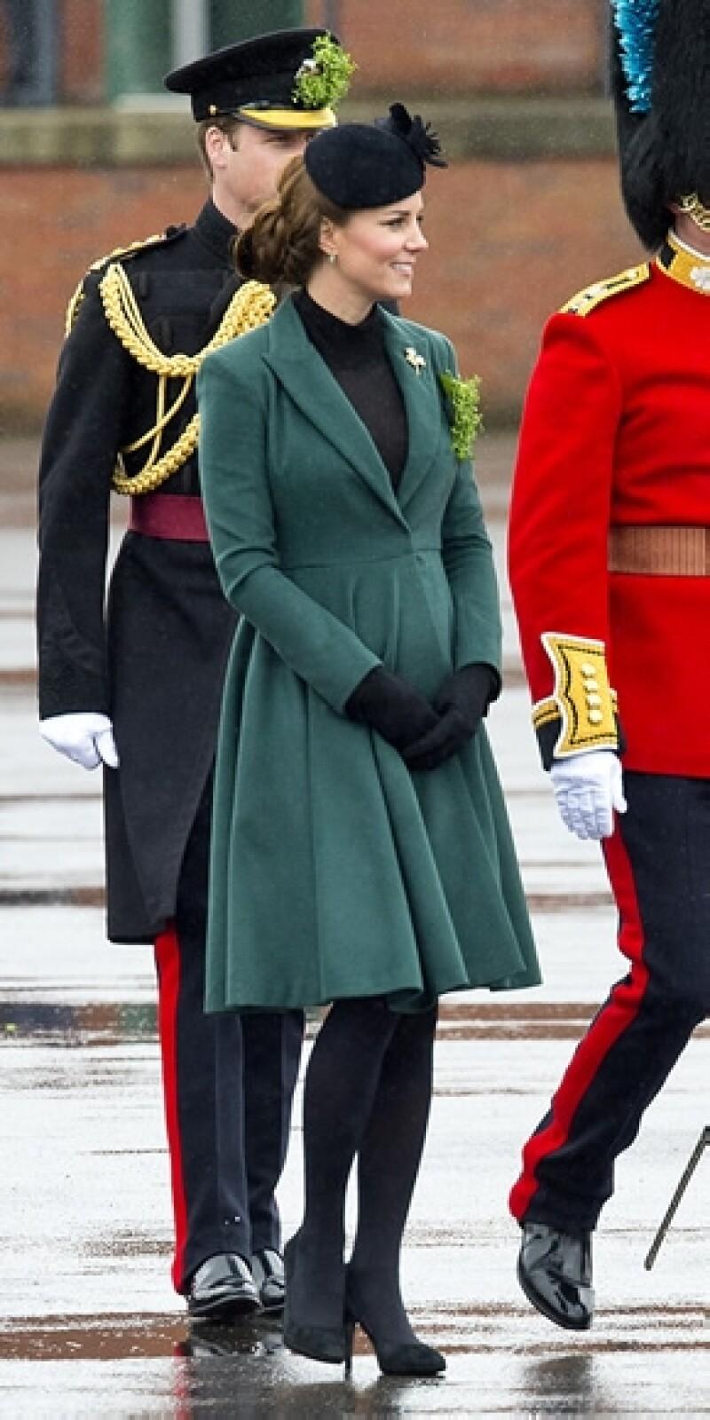 La Duquesa de Cambridge, quien tiene cinco meses de embarazo, se dio cuenta a tiempo de que uno de sus tacones se había atorado y Guillermo estuvo ahí para ayudarla.