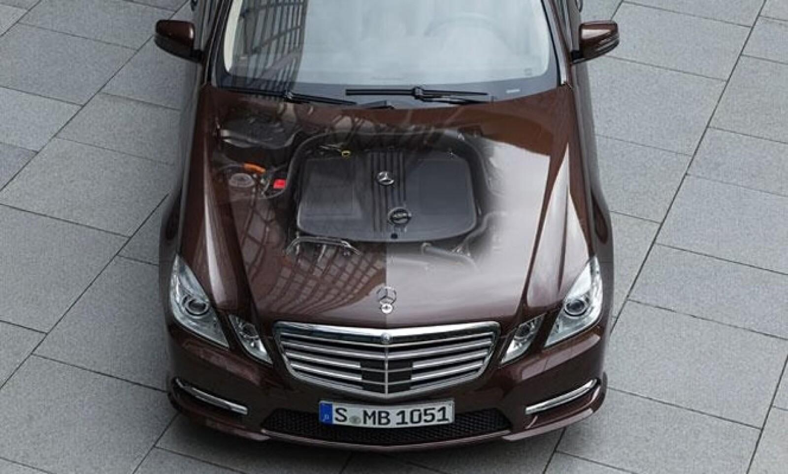 Incorpora un motor diésel de 2.1 litros y 204 caballos de vapor (CV) de potencia que se acopla con un impulsor eléctrico que proporciona 27 CV.