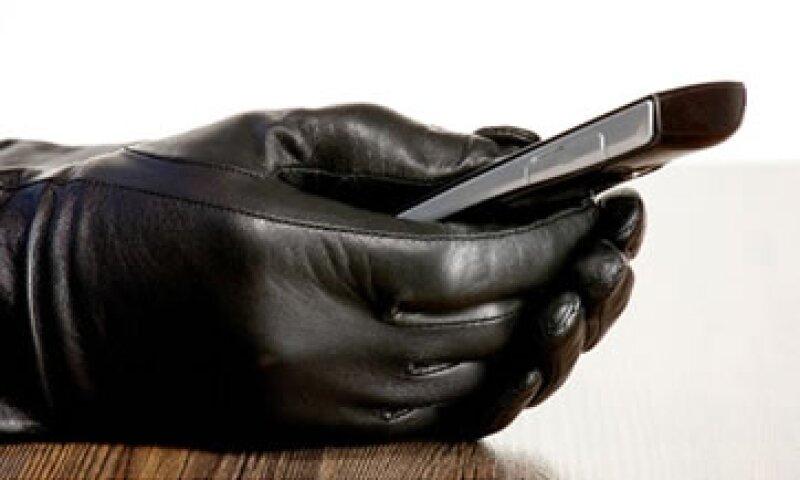 Las autoridades dicen que Apple, Samsung y otros tienen la obligación moral de ayudar a frenar los robos. (Foto: Cortesía de CNNMoney)