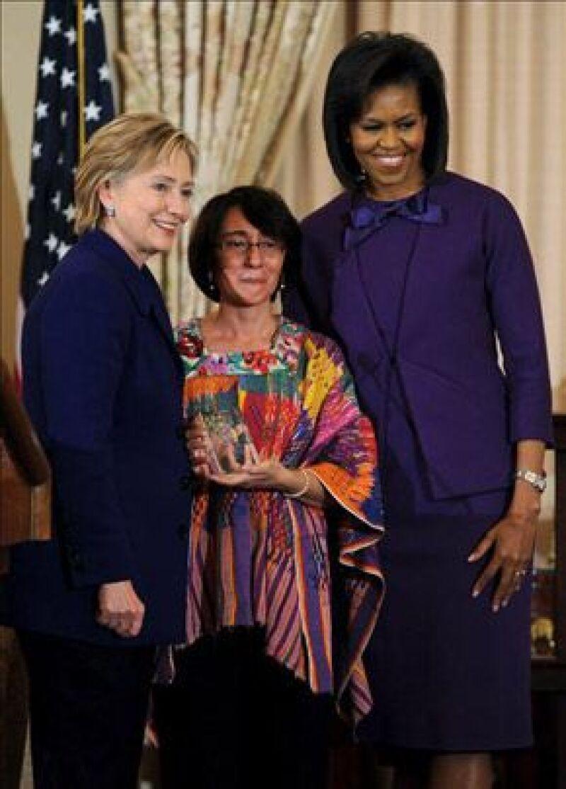 La secretaria de Estado y la primera dama de EU otorgaron a la guatemalteca Norma Cruz y a otras siete féminas destacadas del mundo el Premio Internacional a las Mujeres de Coraje.