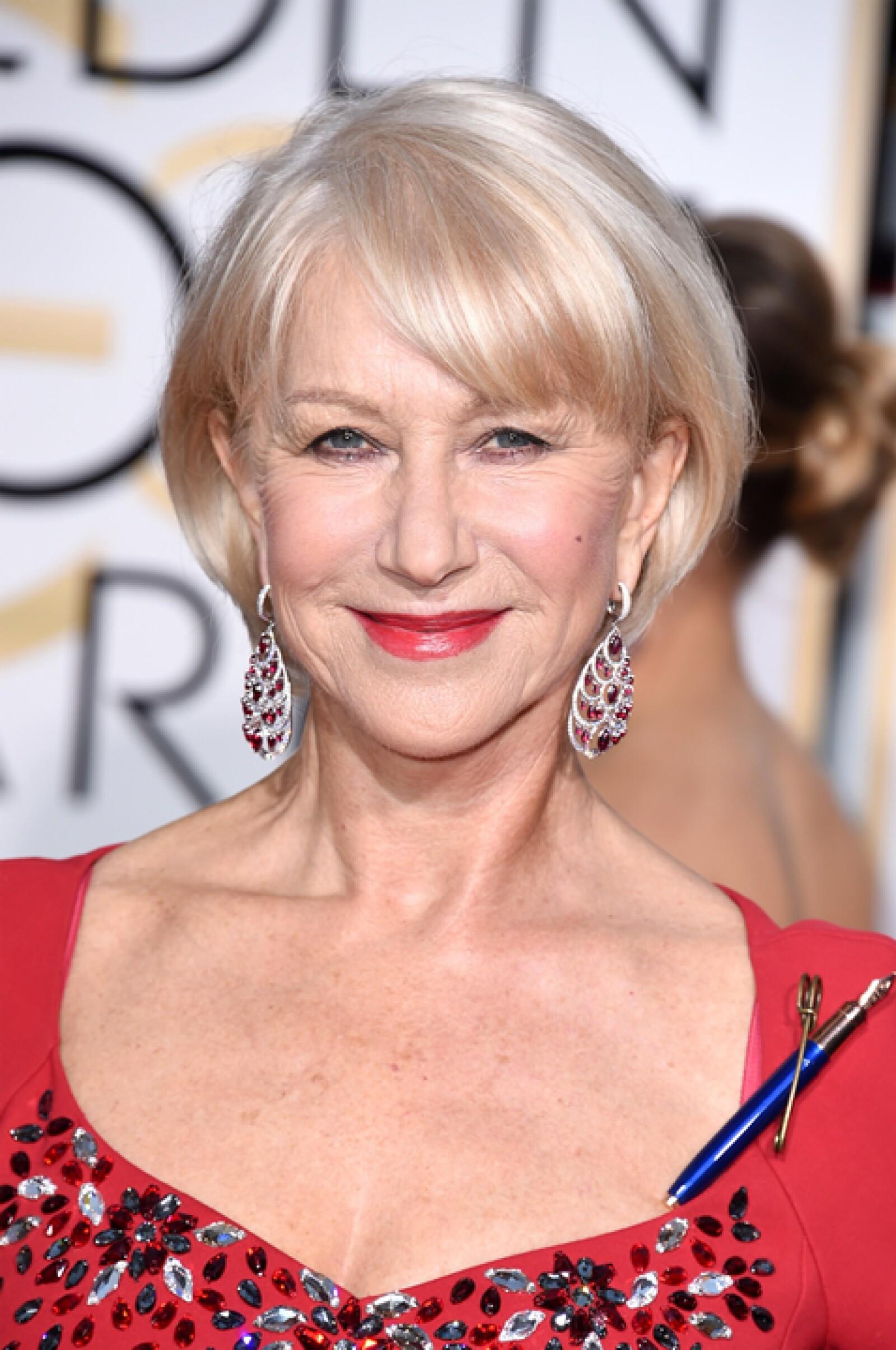Helen Mirren llevó unos aretes de rubíes y diamantes sobre una base de 18K de oro blanco de Chopard.