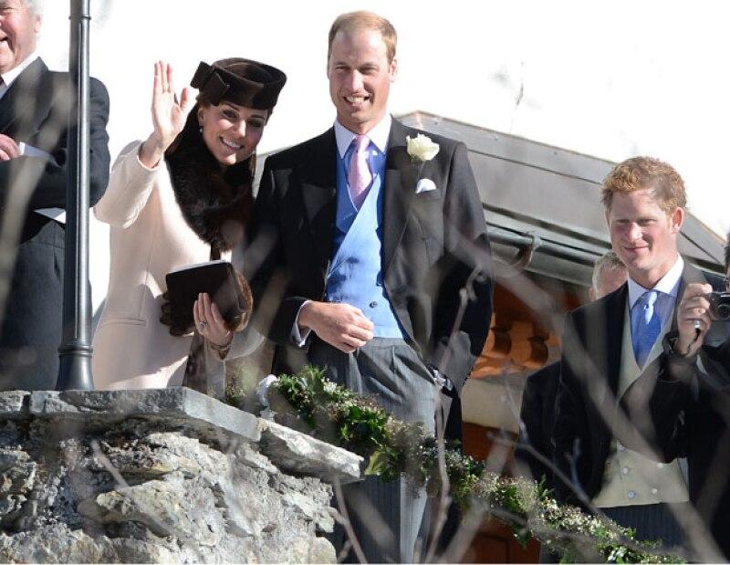 Los príncipes de Inglaterra fueron captados sonrientes durante el enlace matrimonial de sus amigos Laura Bechtolsheimer y Mark Tomlinson en la lujosa y fría comuna de Arosa.