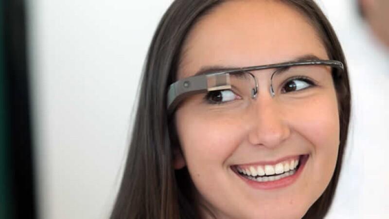 una empleada de google porta los google glass