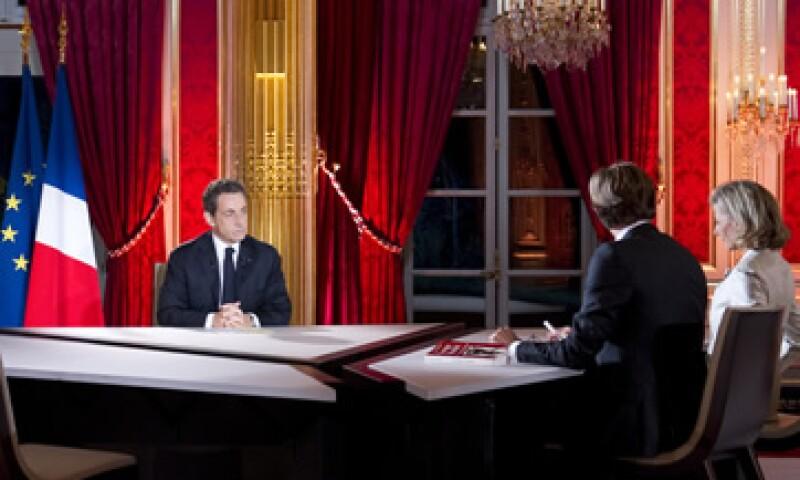 El mandatario francés envió un mensaje por televisión este domingo. (Foto: AP)