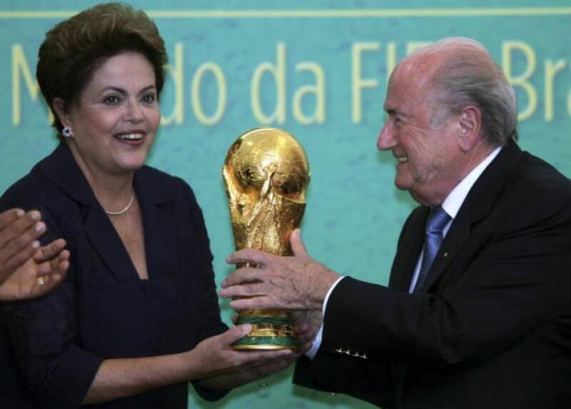Dilma Rousseff recibe la Copa del Mundo 2014