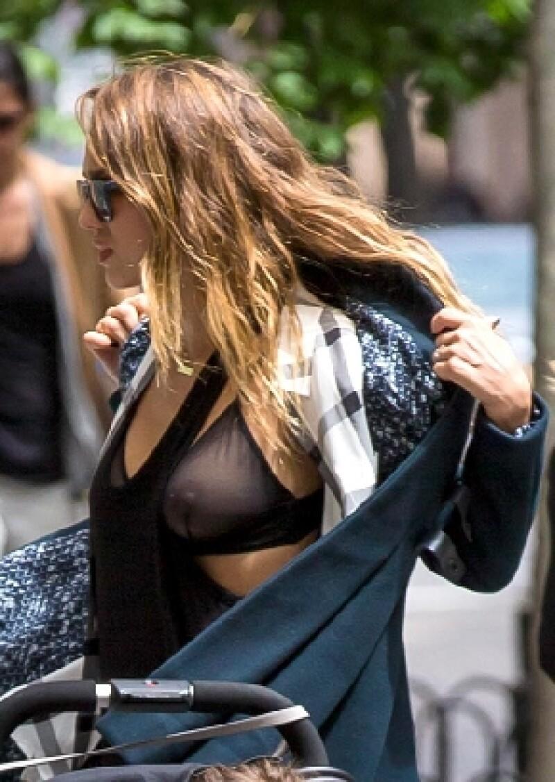 La ropa interior que la actriz eligió la tarde del martes no fue la más adecuada para dar un paseo por el parque con sus hijas, pues accidentalmente dejó al descubierto uno de sus pechos.