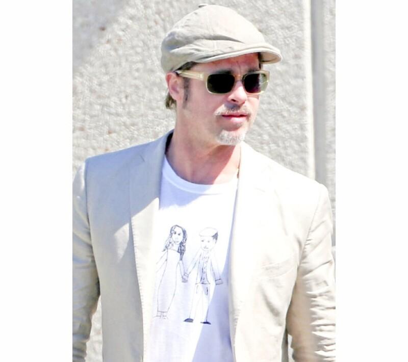 El guapo actor fue captado en Francia luciendo una t-shirt que tiene estampado un tierno dibujo de él y Angelina, obra de su hija de seis años, Vivienne Pitt Jolie.