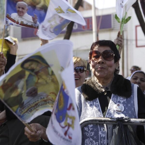 Con porras y cantos, la gente celebraba cuando Francisco pasaba frente a ellos.