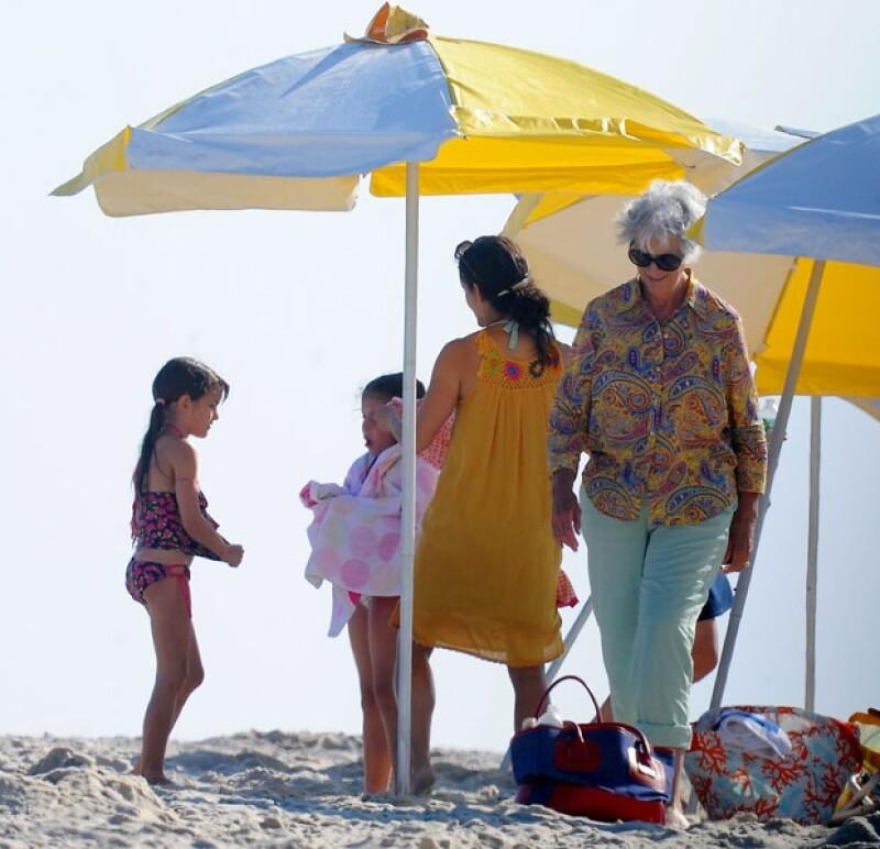 Suri acudió a la playa de los Hamptons con su abuela Kathleen.