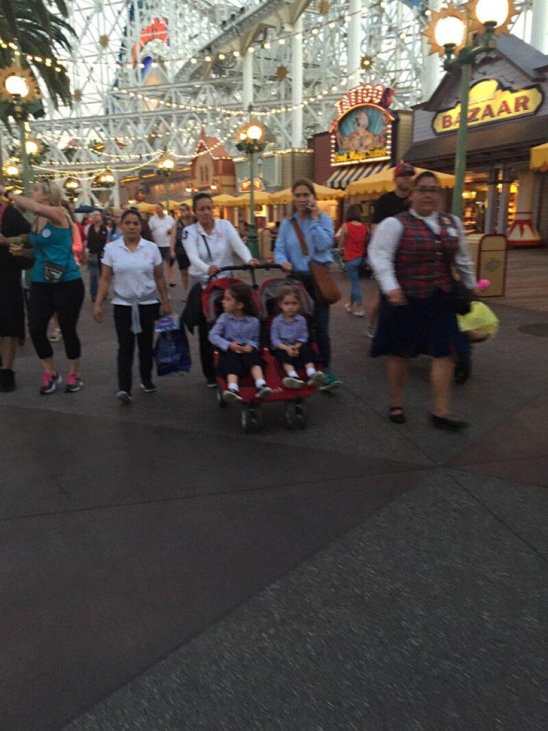 Captamos a la empresaria de paseo con sus hijas Valentina y Mariaignacia en Disney California Adventure, acompañada de dos nanas y una guía del parque.
