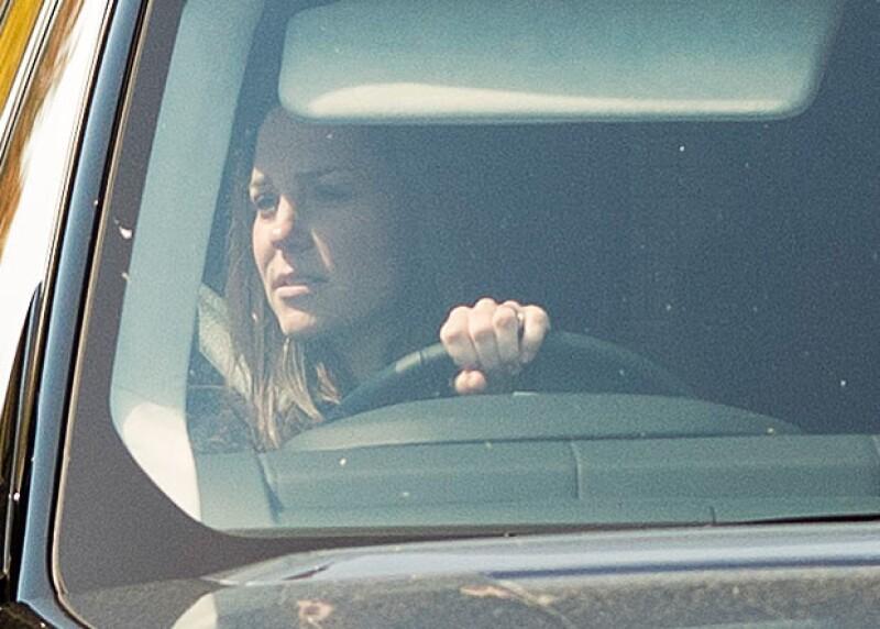 Pese a haber rebasado ya las cuarenta semanas de gestación, Kate fue vista conduciendo su camioneta cuando salía del Palacio.