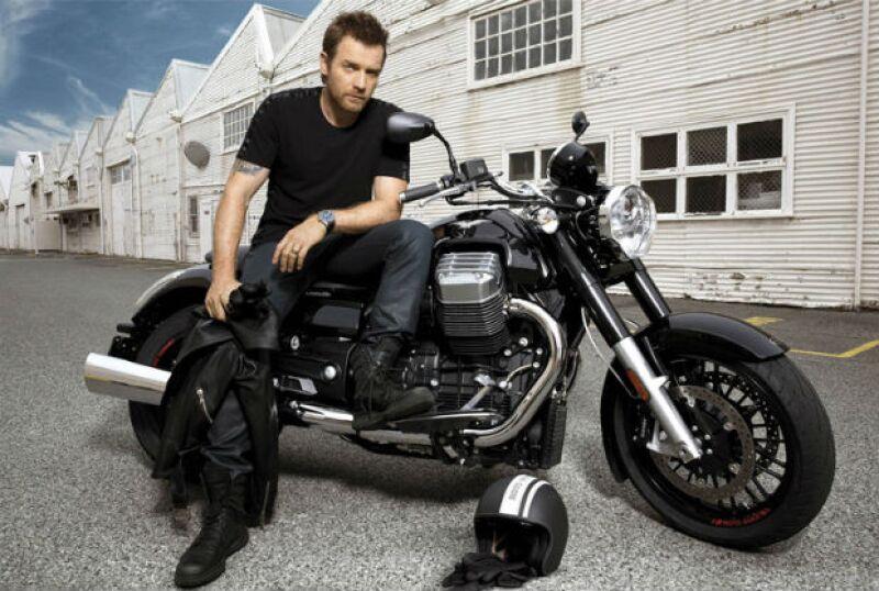Ewan McGregor posando con una de sus preciadas motocicletas.