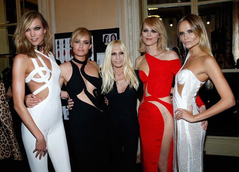 La modelo posó, al finalizar la pasarela, con Amber Valleta, Donatella Versace y Eva Herzigova, quienes también lucieron otros sexy oufits de la marca.