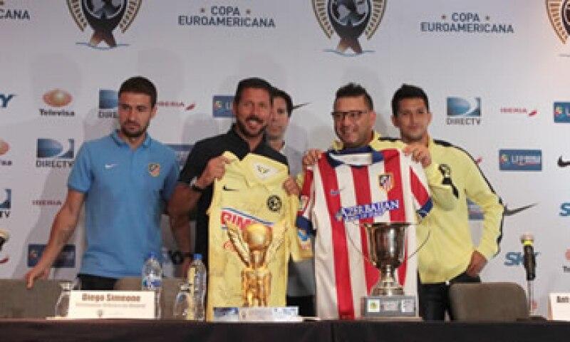 Los dos equipos son dirigidos por argentinos: Simeone –izq- al Atlético, y Mohamed –der- al América. (Foto: Notimex)