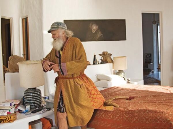 Su habitación tiene dos ventanas laterales para que pueda ver al norte y al sur desde su cama.
